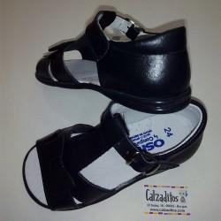 Sandalias de piel en azul marino para niña con hebilla, de Osito by Conguitos