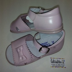Sandalias de piel rosa para niña con hebilla, de Osito by Conguitos