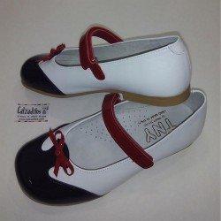 Merceditas de piel blanca con velcro, de Tinny Shoes