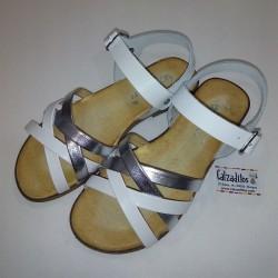 Sandalias de piel blanca y plata con hebilla, de Barritos