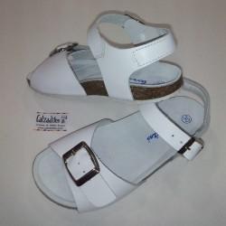 Sandalias de piel blanca con hebillas, de Barritos