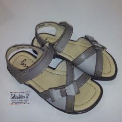 Sandalias de piel en tonos marrones con velcro, de Barritos