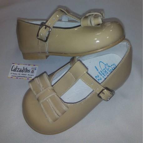 Zapatos de vestir para niña en charol arena con hebilla, de Tinny Shoes
