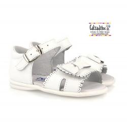 Sandalias de piel blanca para niña con hebilla y velcro, de Osito by Conguitos