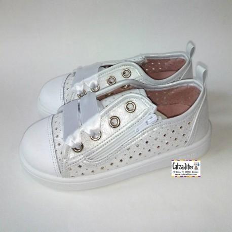 Zapatillas de lona blanca con puntera y lazos de raso, de Zapy for kids