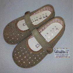Zapatitos de piel serraje arena con velcro, de Zapy for girls