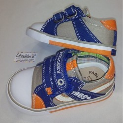 Zapatillas de lona beige con dos velcros, de Pablosky
