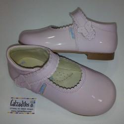 Merceditas de piel natural con acabado charol rosa bebé, de Angelitos