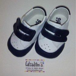 Deportivos de piel sin suela en blanco y azul marino para bebé, de Ruespino
