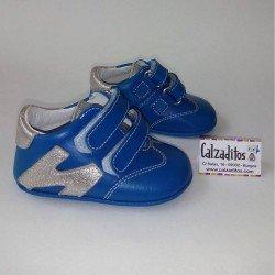 Deportivas en azulón de piel sin suela para bebé, de Patucos Índice