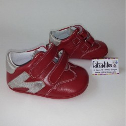 Deportivas rojas de piel sin suela para bebé, de Patucos Índice