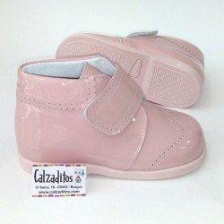 Botas para bebé en piel rosa con acabado charol, de Andanines