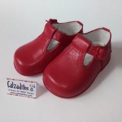Zapatos con forma de pepito en napa roja con hebilla, de Nens