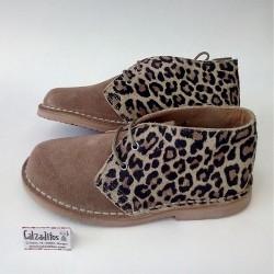Botines de piel serraje en color taupé con leopardo, de Sirulin