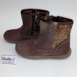 Botas para niña de media caña en piel serraje de color taupé, de Zapy