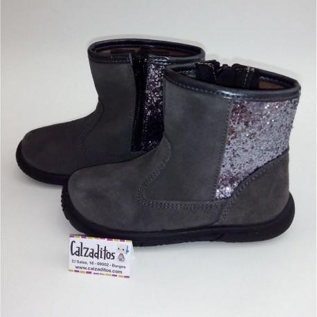 Botas para niña de media caña en piel serraje de color gris, de Zapy