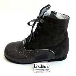 Botas pascualas de piel combinadas en charol gris pizarra con ante ceniza, de Tinny Shoes