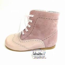 Botas pascualas de piel combinadas en charol rosa nancy con ante rosa palo, de Tinny Shoes