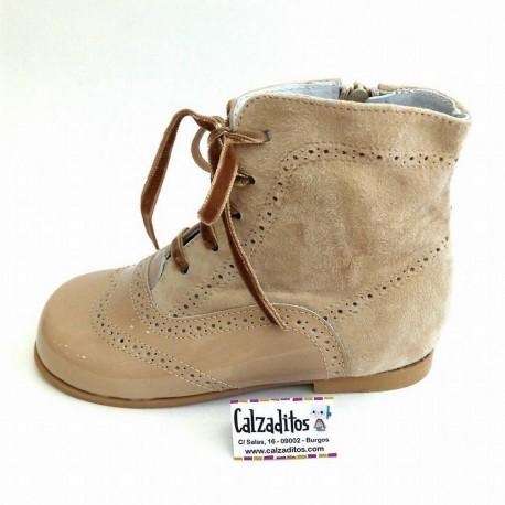 Botas pascualas de piel de color arena combinadas en charol con ante, de Tinny Shoes