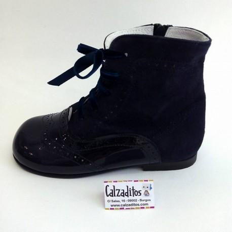 Botas pascualas de piel azul marino combinadas en charol con ante, de Tinny Shoes