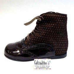 Botas pascualas de piel marrón chocolate combinadas en charol con ante, de Tinny Shoes