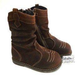Botas altas de piel tipo campero para niña en marrón, de Nens