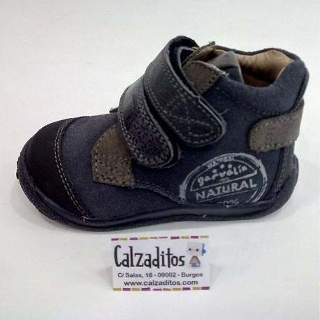 Botines para niño en piel y serraje azul marino con dos velcros, de Garvalín