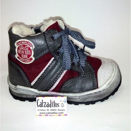 Botas deportivas para niño en gris y granate, de Katinni