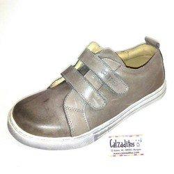 ?Zapatos deportivos para niño en color taupé con doble velcro, de Nens