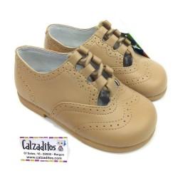 Zapatos unisex tipo inglesitos sin lengüeta en piel reno (camel), de D?Bebé
